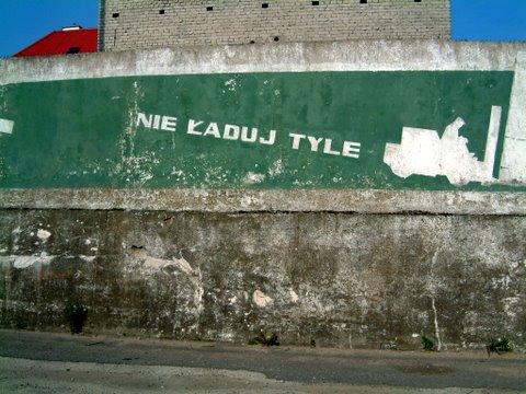 Fotka z 2002 r. - te napisy nadal istnieją (port w Helu)