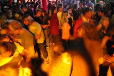 tak wyglądają imprezy na kempingach na helu.